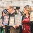 Des familles endeuillées devant la cathédrale Saint Paul de Londres le 14 décembre 2017 lors de la messe à la mémoire des victimes de l'incendie de la tour Grenfell, le 14 juin 2017.