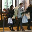 Exclusif - A 15h30, Macaulay Culkin a accueilli en bas de son appartement parisien sa compagne Brenda Song qui est arrivée en provenance de los Angeles le 21 novembre 2017. Le couple est ensuite sorti pour aller faire des achats de décoration chez Monoprix. Macaulay a offert un ours en peluche à sa dulcinée.