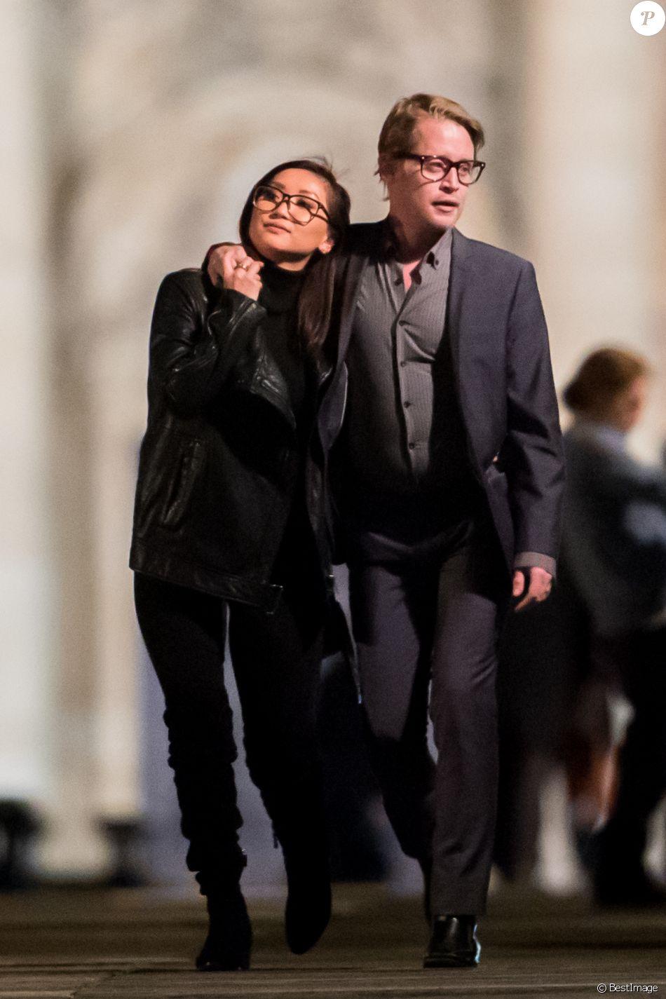 """Exclusif - Macaulay Culkin et sa compagne Brenda Song ont dîné avec Paris Jackson, Seth Green et sa femme Clare Grant dans le restaurant de Joël Robuchon """"L'Atelier"""" puis se sont promenés le long de la seine et sur le pont des Arts à Paris le 22 novembre 2017."""