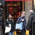 Exclusif - Macaulay Culkin et sa compagne Brenda Song font leurs courses à Paris le 28 novembre 2017. Le couple s'est rendu chez le caviste Nicolas, chez Franprix puis dans un boulangerie.