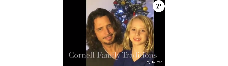 Chris Cornell avec son fils Christopher dans une vidéo tournée à Noël 2014 pour l'école du jeune garçon, révélée par Vicky Cornell le 22 décembre 2017, sept mois après le suicide du rockeur de Soundgarden et Audioslave.