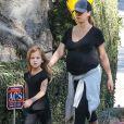 Exclusif - Jessica Alba, enceinte, se promène à Los Angeles, le 27 décembre 2017.