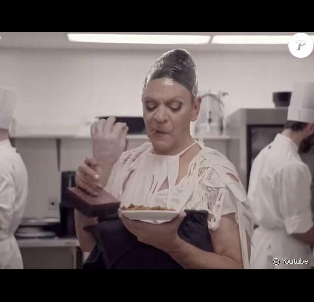 Céline Dion parodiée par Marc Labrèche pour Bye bye 2017 sur ICI Radio-Canada Télé, décembre 2017. Ici avec la fausse main de René Angélil...