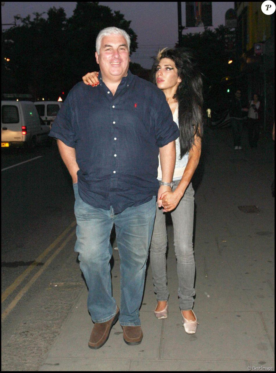 Amy Winehouse et son père Mitch Winehouse à la sortie d'un restaurant de Camden à Londres le 8 juin 2008