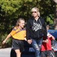 La jolie Jennie Garth et Peter Facinelli assistent au match de football de leurs filles Fiona et Lola à Los Angeles, le 10 novembre 2012