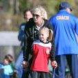 Jennie Garth et Peter Facinelli assistent au match de football de leurs filles Fiona et Lola à Los Angeles, le 10 novembre 2012