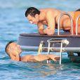 Ricky Martin avec son compagnon Jwan Yosef et le mannequin Esther Canadas en vacances sur un yacht à Ibiza en Espagne le 5 septembre 2016.