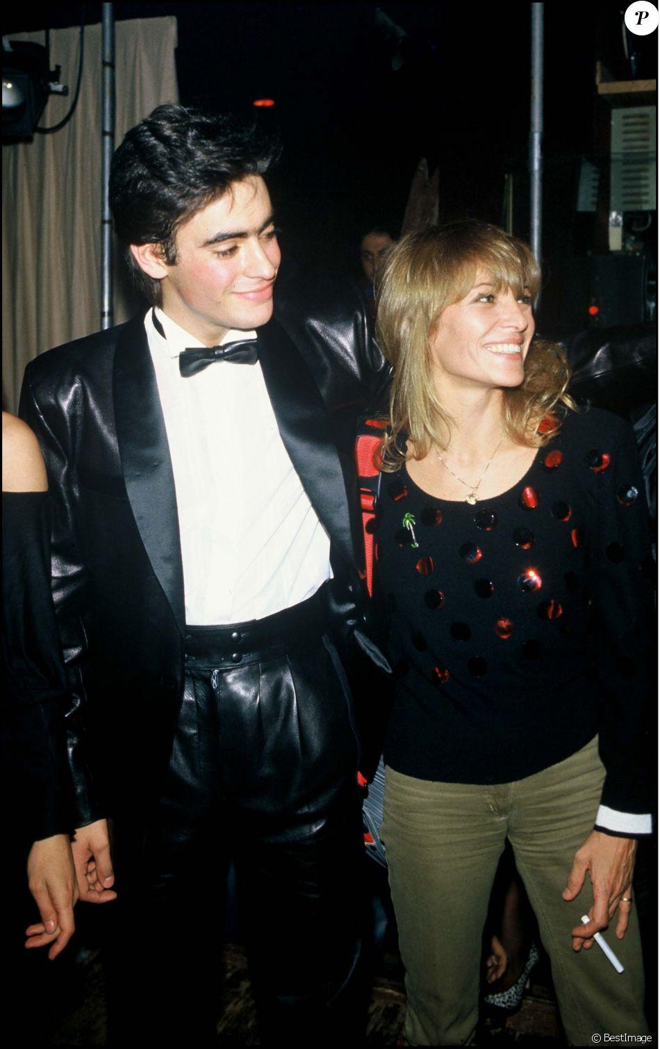 Anthony Delon avec sa mère Nathalie Delon lors d'une soirée à Paris en 1983