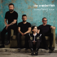Dolores O'Riordan, les frères Noel et Mike Hogan et Fergal Lawler en photo pour la pochette de Something Else, le dernier album de The Cranberries, en 2017.