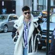 Zayn Malik pose avec ses fans après avoir quitté l'appartement de sa compagne Gigi Hadid à New York le 13 janvier 2018.