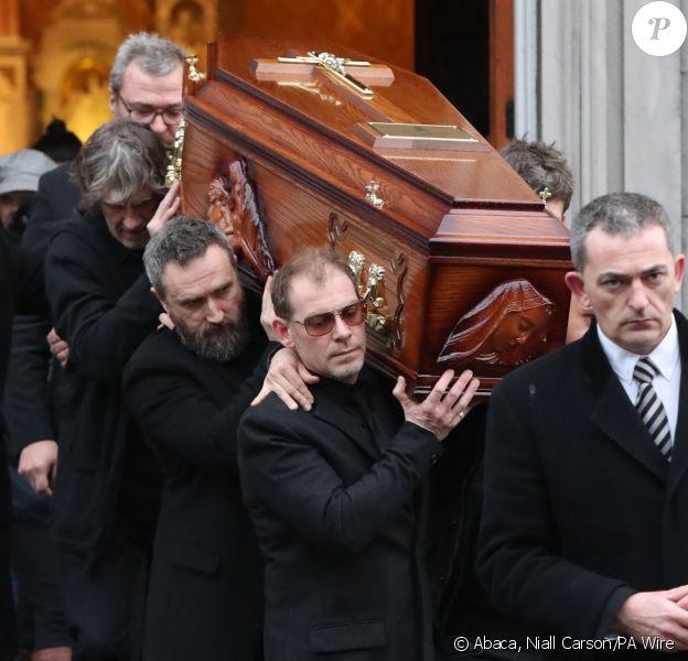 La dépouille de Dolores O'Riordan (chanteuse de The Cranberries), morte le 15 janvier 2018 à 46 ans, a été exposée dans son cercueil, porté par des proches, en l'église Saint Joseph à Limerick, en Irlande, le 21 janvier 2018, à l'avant-veille de ses obsèques et de son inhumation dans sa ville de Ballybricken. © Niall Carson/PA Wire/Abacapress.com