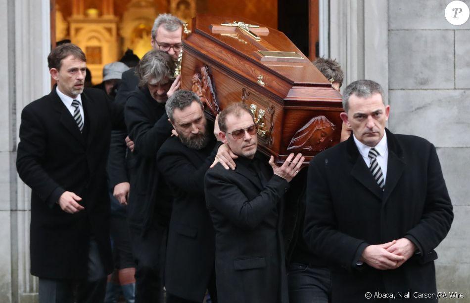 La dépouille de Dolores O'Riordan, morte le 15 janvier 2018 à 46 ans a été exposée dans son cercueil porté par des proches en l'église Saint Joseph à Limerick en Irlande le 21 janvier 2018 à l'a
