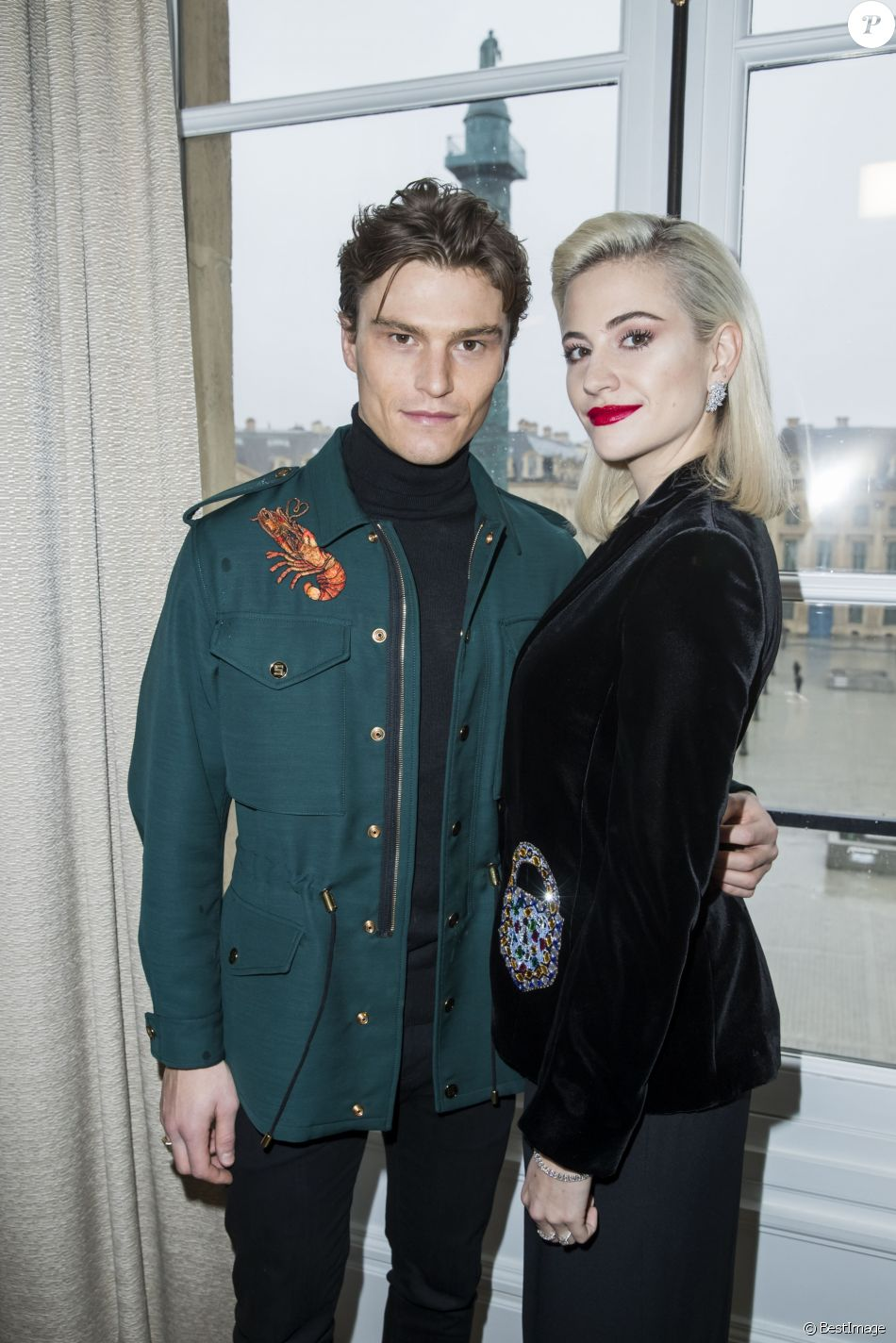 pixie lott et son compagnon oliver cheshire d fil de mode maison schiaparelli collection. Black Bedroom Furniture Sets. Home Design Ideas