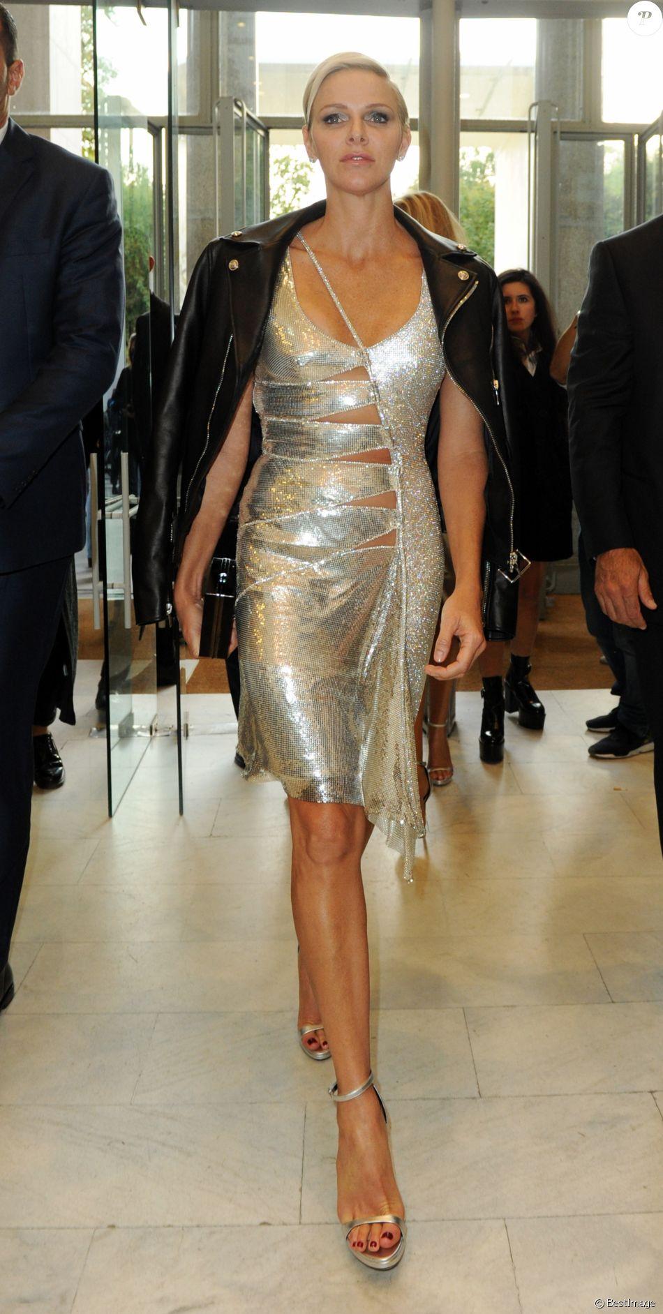 La princesse Charlene de Monaco arrivant au défilé de mode printemps-été 2018 Versace lors de la fashion week de Milan le 22 septembre 2017