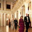 La duchesse Catherine de Cambridge, enceinte et en Alexander McQueen, au bras du roi Harald V de Norvège, la reine Sonja et le prince William, la princesse Mette-Marit et le prince Haakon de Norvège lors du dîner officiel donné par le roi Harald V de Norvège au palais royal à Oslo le 1er février 2018 dans le cadre de leur visite.