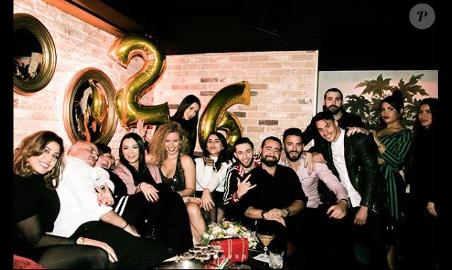 Nabilla fête son 26e anniversaire avec ses proches à Londres, dans la nuit du 4 au 5 février 2018. Ici avec tout ses amis !