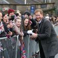 Le prince Harry et Meghan Markle saluent les habitants d'Edimbourg sur l'esplanade du château le 13 février 2018.