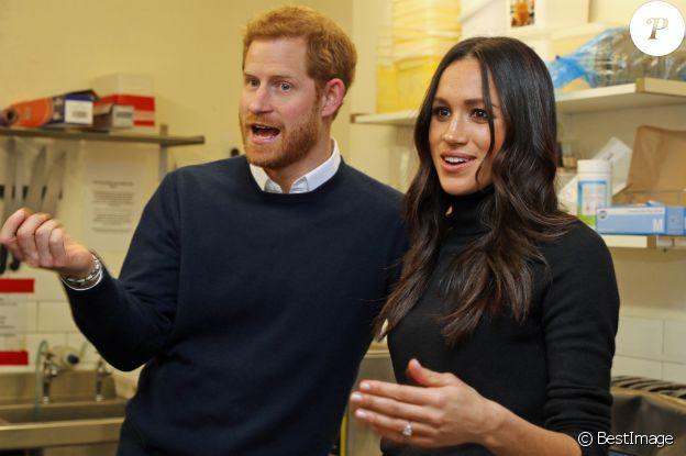 """Le prince Harry et Meghan Markle en visite au restaurant """"Social Bite"""" à Edimbourg le 13 février 2018. Chaque année, cette sandwicherie distribue de la nourriture aux sans-abri à travers l'Ecosse et emploie tous ceux qui souhaitent se réinserer dans la sphère professionnelle. Le futur couple princier a discuté avec les fondateurs du projet, Josh Littlejohn et Alice Thompson, qui leur ont notamment expliqué à quel point il était difficile pour les personnes sans-abri de trouver du travail lorsqu'elles n'ont pas d'adresses de résidence."""