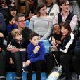 Mariska Hargitay et son mari Peter Hermann ont assisté avec leurs enfants August, Amaya et Andrew au match de basket Boston Celtics vs New York à New York, le 24 février 2018