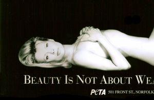Ireland Basinger-Baldwin nue pour la PeTA, vingt ans après sa maman