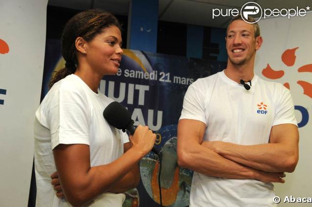 Coralie Balmy et Alain Bernard étaient en amoureux à Antibes pour la Nuit de l'Eau, et se sont mêlés avec plaisir et bonne humeur à leurs jeunes admirateurs !
