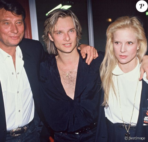 David Hallyday le soir de la première de sa tournée en 1991 avec son père Johnny Hallyday et sa mère Sylvie Vartan, à Paris, le 9 mars 1991.