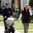 Ron Howard en promenade familiale à Santa Monica avec sa femme Cheryl et son petit-fils Theodore, l'enfant de Bryce Dallas Howard et Seth Gabel le 22 mars 2009