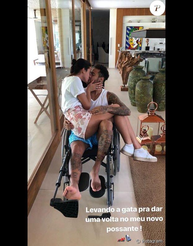 Neymar Jr, rentré au Brésil pour se faire opérer de son petit doigt de pied cassé, s'affiche en train d'embrasser sa compagne Bruna Marquezine sur Instagram, le 2 mars 2018.