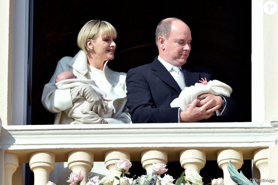 La princesse Charlene et le prince Albert II de Monaco avec la princesse Gabriella et le prince héréditaire Jacques de Monaco lors de la présentation des jumeaux au balcon du palais princier le 7 janvier 2015.