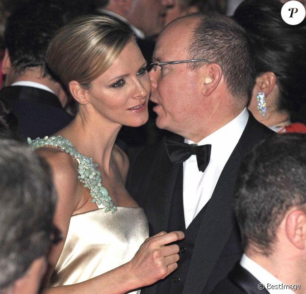 Le prince Albert II de Monaco et la princesse Charlene (alors Charlene Wittstock) lors du Bal de la Rose en mars 2010, quelques mois avant leurs fiançailles.
