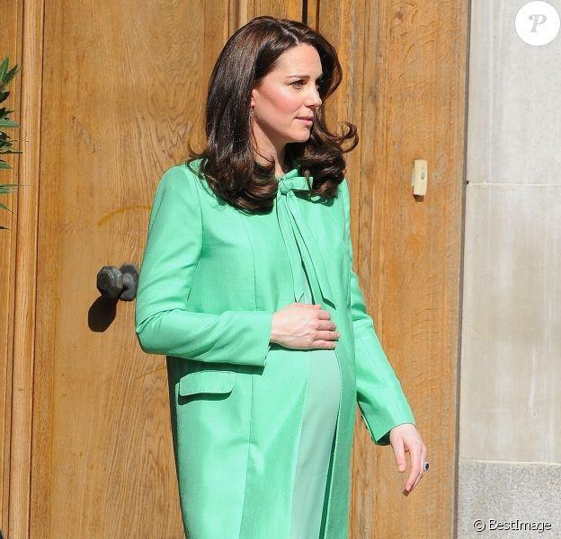 La duchesse Catherine de Cambridge, enceinte et habillée d'un ensemble vert très printanier, à la Société royale de médecine à Londres le 21 mars 2018 pour un symposium qu'elle a organisé avec la Fondation royale sur l'intervention précoce pour la santé mentale des enfants.
