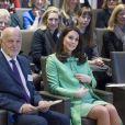 La duchesse Catherine de Cambridge, enceinte, à la Société royale de médecine à Londres le 21 mars 2018 pour un symposium qu'elle a organisé avec la Fondation royale sur l'intervention précoce pour la santé mentale des enfants.