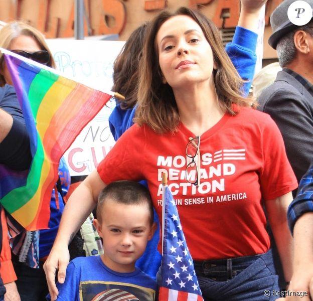 Alyssa Milano et son fils Milo Thomas Bugliari - Les célébrités et des centaines de milliers de manifestants protestent contre les armes à feu (March For Our Lives) à Los Angeles, le 24 mars 2018