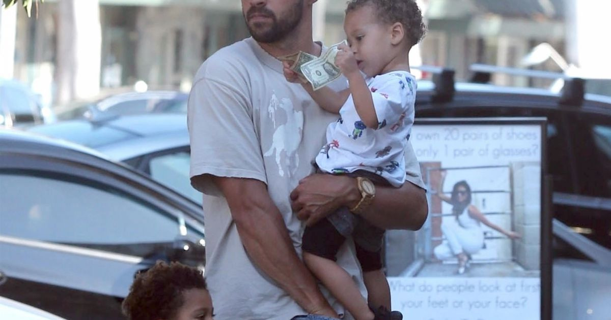 jesse williams grey 39 s anatomy divorce garde partag e de ses deux enfants purepeople. Black Bedroom Furniture Sets. Home Design Ideas