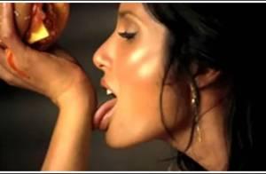 La ma-gni-fique Padma Lakshmi... dans la pub la plus sexy de l'Histoire ! Regardez !!!