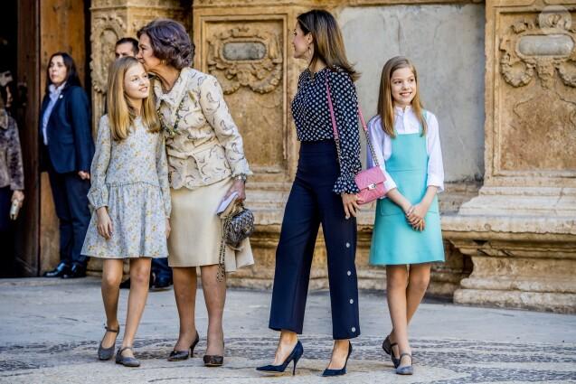 La reine Sofia, qui embrasse la princesse Leonor des Asturies, la reine Letizia d'Espagne et l'infante Sofia d'Espagne à la sortie de la messe de Pâques en la cathédrale Santa Maria à Palma de Majorque le 1er avril 2018.