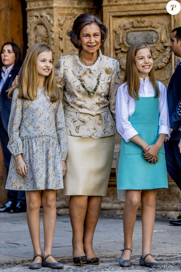 Le roi Felipe VI et la reine Letizia d'Espagne, leurs filles la princesse Leonor des Asturies et l'infante Sofia, ainsi que le roi Juan Carlos Ier et la reine Sofia étaient réunis à Palma de Majorque le 1er avril 2018 pour la messe de Pâques.