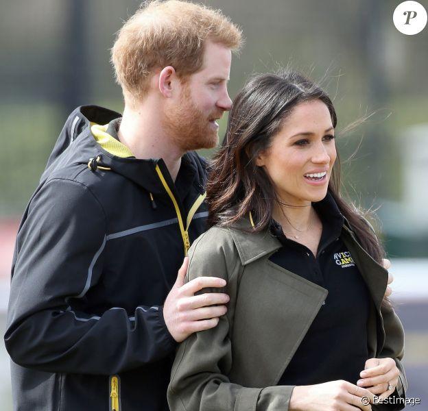 Le prince Harry et Meghan Markle, ici tactiles, ont rendu visite aux athlètes britanniques préparant les 4e Invictus Games (du 20 au 27 octobre 2018 à Sydney en Australie) sur le campus de l'Université de Bath le 6 avril 2018.