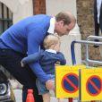 Le prince William arrive avec le prince George à la maternité de l'hôpital St Mary à Londres le 2 mai 2015 lors de la naissance de la princesse Charlotte de Cambridge.