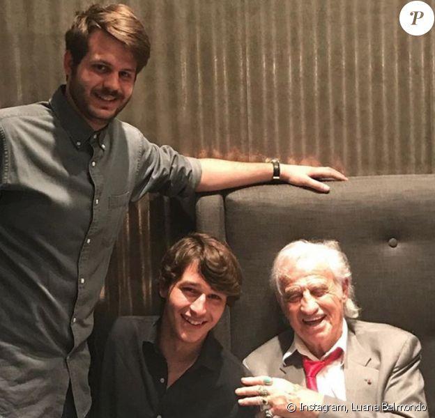 Jean-Paul Belmondo célèbre son 85e anniversaire avec sa famille. Ici avec ses petits-fils Giacomo et Alessandro. Le 10 avril 2018.