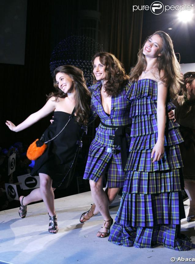 Andie MacDowell et ses filles Sarah Margaret et Rainey lors de la soirée de charité Dress to Kilt organisée par Sean Connery et sa femme Lady Micheline le 30 mars 2009