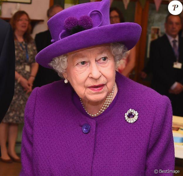 """La reine Elisabeth II d'Angleterre visite le """"King George VI Day Center"""", dans le cadre du 60ème anniversaire de son inauguration et du 70ème anniversaire de la Windsor People's Welfare Association. Windsor, le 12 avril 2018."""