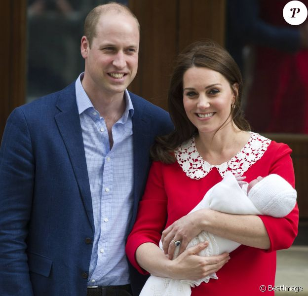 Le prince William et la duchesse Catherine de Cambridge avec leur fils le prince Louis Arthur Charles de Cambridge à la sortie de l'hôpital St Mary le 23 avril 2018