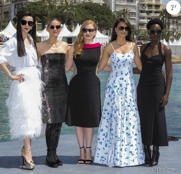 "Lupita Nyong'o, Penélope Cruz (robe Ralph Lauren Collection), Jessica Chastain, Marion Cotillard, Fan Bingbing au photocall de ""355"" lors du 71ème Festival International du Film de Cannes, le 10 mai 2018. © Jacovides-Borde-Moreau/Bestimage"
