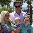 Tori Spelling et son mari Dean McDermott avec leurs enfants Liam, Finn, Beau, Hattie et Stella au Pasea Hotel and Spa à Huntington Beach, Los Angeles, le 13 mai 2018.