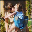 Jessica Alba parfaite en petite robe et chaussures Darel avec sa fille Honor hier dans un parc de Beverly Hills