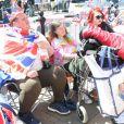 Les fans s'installent dans les rues pour assister au mariage du Prince Harry et de Meghan Markle à Windsor, le 17 mai 2018