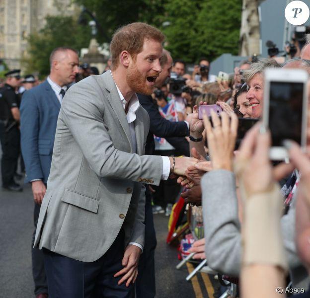 Le prince Harry et le prince William, son témoin, saluent la foule rassemblée aux abords du château de Windsor, le 18 mai 2018.
