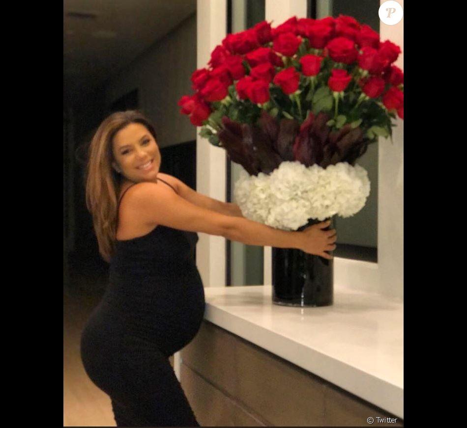 Eva Longoria enceinte, a posté cette photo pour ses 2 ans de mariage sur Twitter. Mai 2018