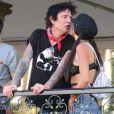 Exclusif - Tommy Lee et sa fiancée Brittany Furlan s'embrassent tendrement lors du festival de musique de Coachella à Indio le 21 avril 2018.
